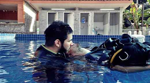 PADI Rescue diver train how to give rescue breath on the surface